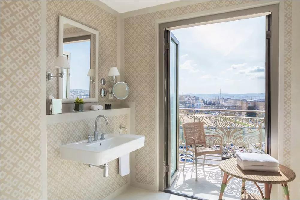 Hotel Phoenicia badeværelse med balkon