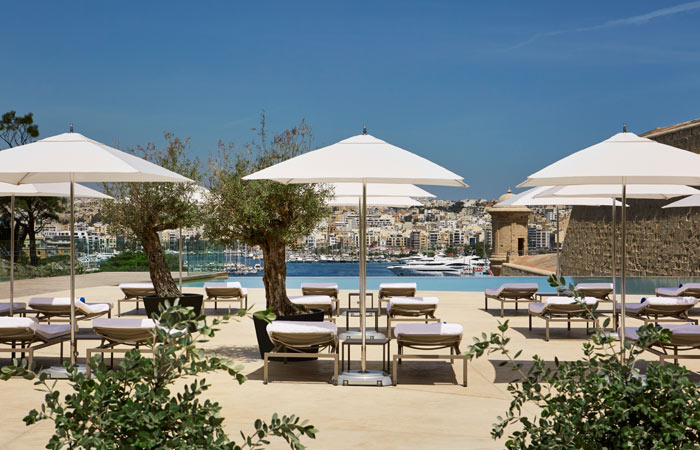 Hotel Phoenicia tagterresse med pool