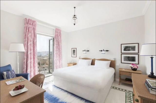 Hotel Phoenicia værelse med dobbeltsend og balkon